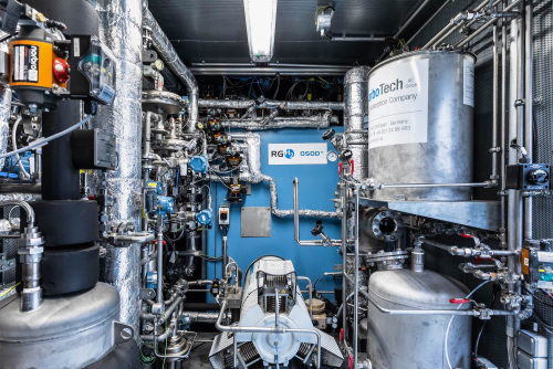 OSOD H2 generator. The blue cuboid is the core development: a gas furnace with four tubular reactors in which the chemical looping process for hydrogen production takes place. © RGH2