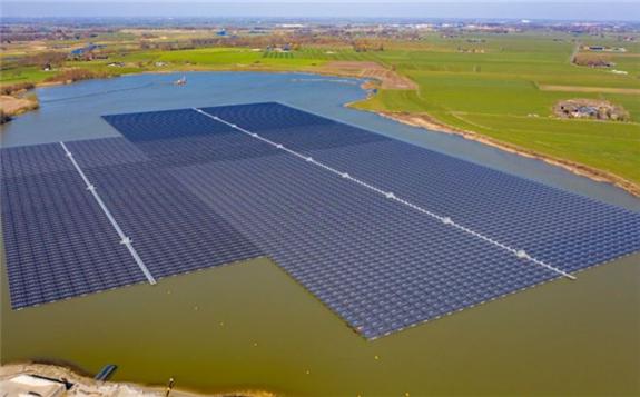 The 27.4MWp Bomhofsplas floating solar farm in the Netherlands. Image: BayWa r.e.