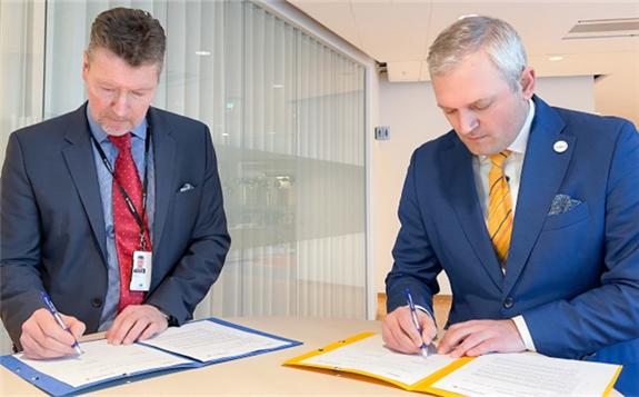 Torbjörn Wahlborg (left) and Kalev Kallemets signing the Letter of Intent at Vattenfall's headquarters in Solna, Sweden (Image: Vattenfall)