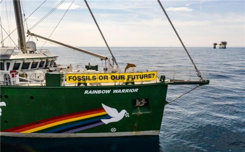 ainbow Warrior and Dan Bravo platform in Danish North Sea; Source: Greenpeace