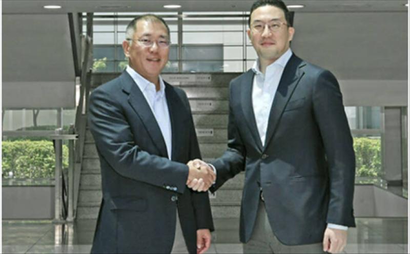 Hyundai Motor Group chairman Chung Eui-sun (left) shakes hands with LG Group chairman Koo Kwang-mo during his visit to LG Chem's Ochang plant on June 22, 2020.