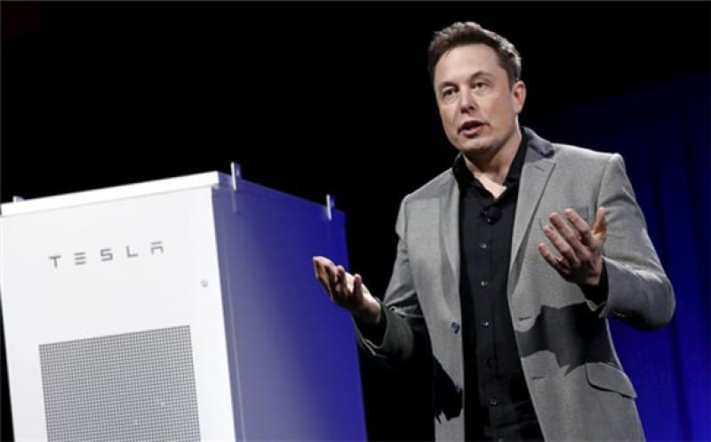 Tesla Motors CEO Elon Musk reveals a Tesla Energy battery for businesses and utility companies during an event in Hawthorne, Calif., April 30, 2015. Patrick T. Fallon   Reuters