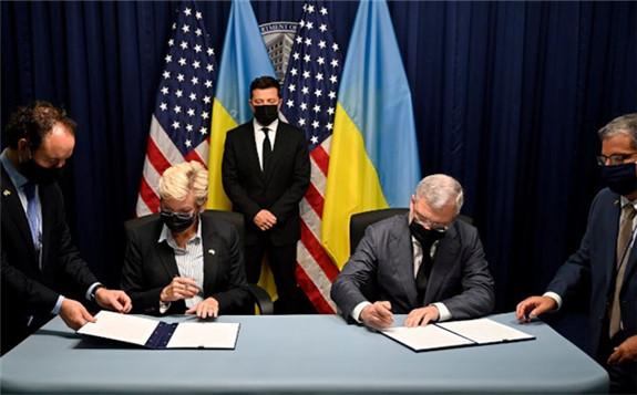 Jennifer Granholm and Herman Galushchenko sign to increase US-Ukrainian cooperation in Washington DC in the presence of Ukrainian president Volodymyr Zelensky (Image: DOE)