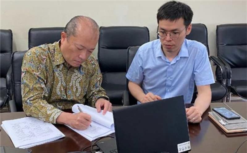 Contract signing, courtesy Toshiba